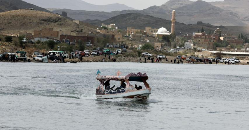 Yemenis find rare leisure time at Sanaa lake