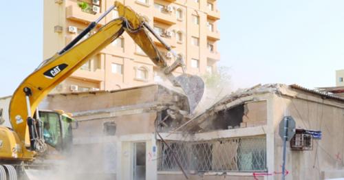 Doha Municipality demolishing old and distorted buildings