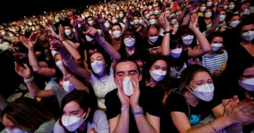 Covid - Barcelona hosts large gig after testing crowd