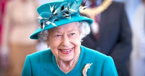 Queen gives George Cross to NHS for staff's 'courage and dedication'